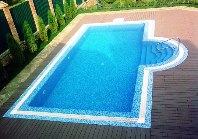 переливной бассейн с решетками